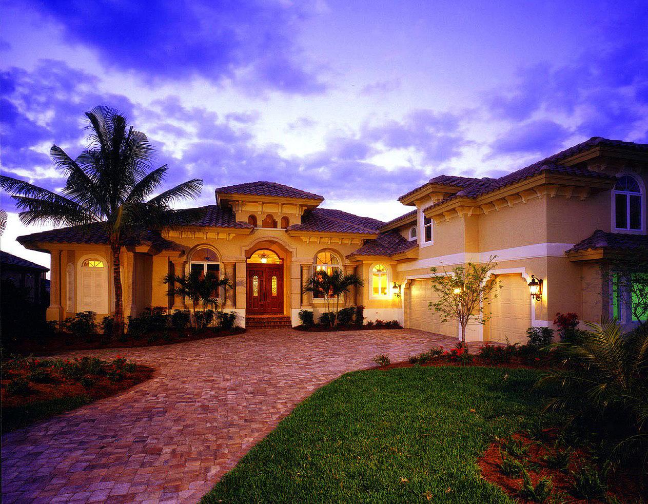 Cozy And Elegant Luxury House Plan